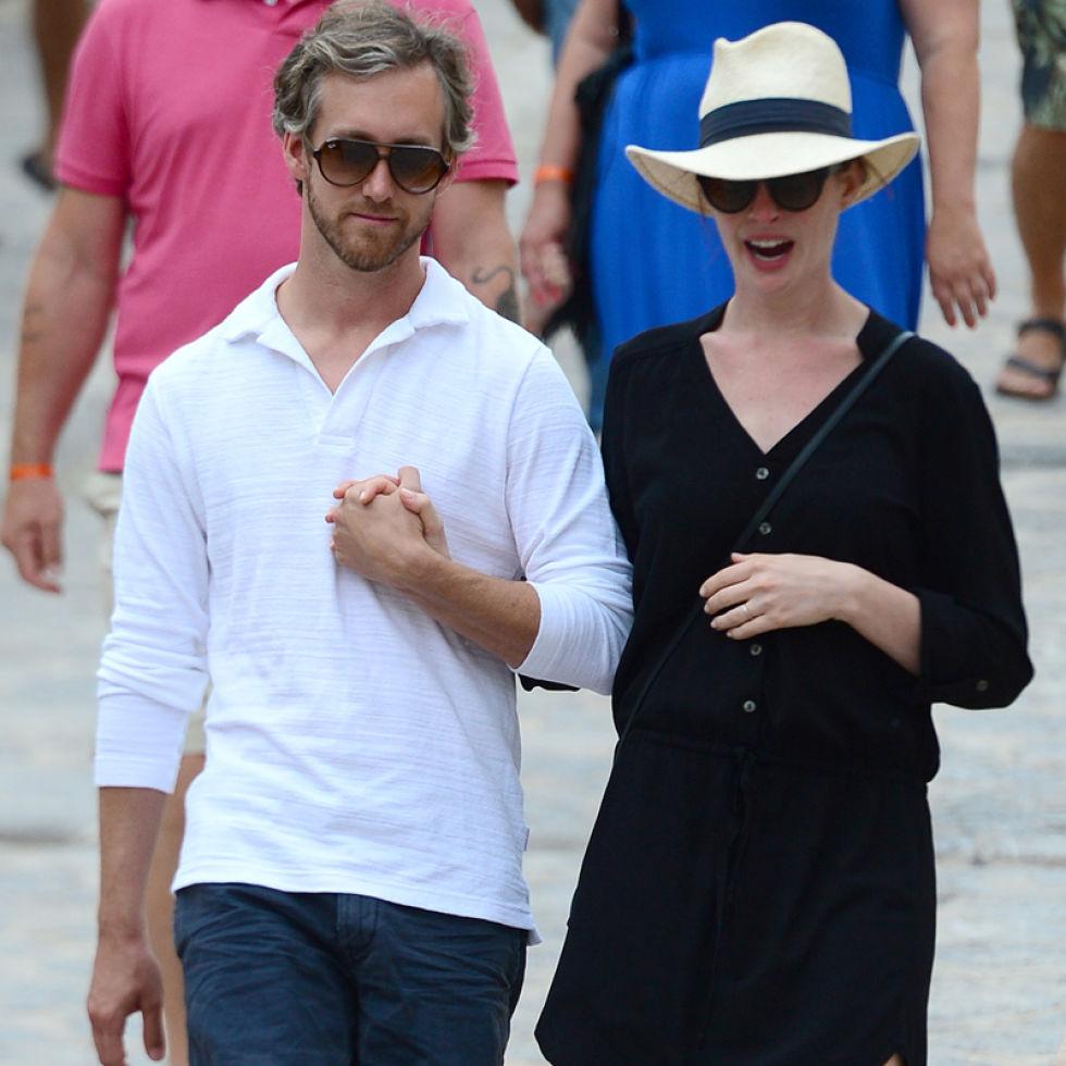 Anne Hathaway Y Su Marido, Dos Turistas Muy Enamorados Por