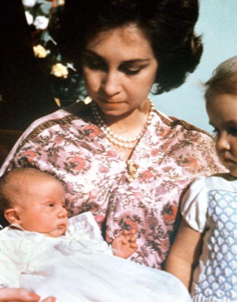 30 de enero de 1968La entonces princesa Sofía dio a luz a su tercer hijo en la Clínica Nuestra Señora de Loreto de Madrid. Tras dos niñas, por fin llegó un varón, que pesó 3,400 kilos, el futuro Heredero al trono.