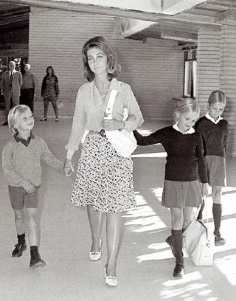 En 1973, Felipe comienza a estudiar en el Colegio Santa María de Rosales, de Madrid. En esta imagen lo vemos con su madre y hermanas, Cristina y Elena, al salir de clase. Actualmente las hijas de Felipe VI y de la reina Letizia, las infantas Leonor y Sofía, cursan sus estudios en el mismo centro.