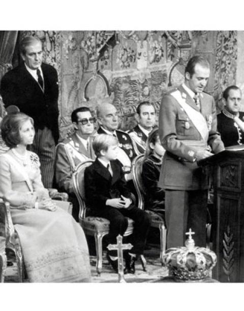 22 de noviembre de 1975Con la muerte de Franco, don Juan Carlos es proclamado Rey. Automáticamente, don Felipe pasa a ser Heredero de la Corona. Sin embargo, el título de Príncipe de Asturias no le fue entregado hasta el 1 de noviembre de 1977.