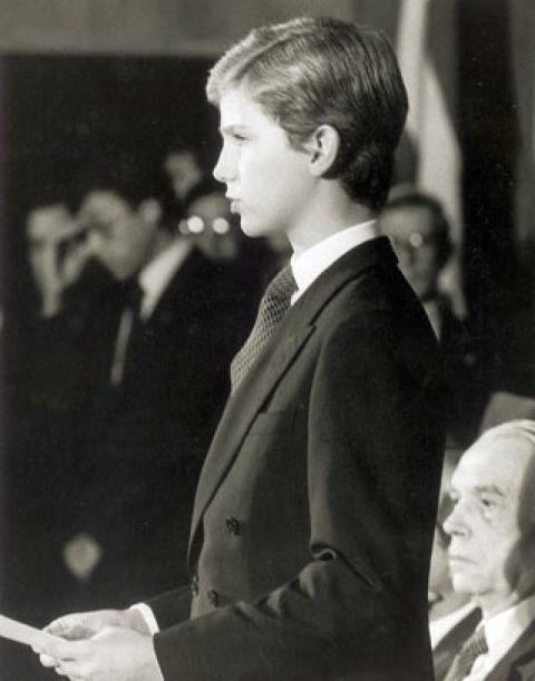 Octubre de 1981 Se celebran en Oviedo los primeros Premios Príncipe de Asturias, donde don Felipe hace su primer discurso público. Además de los nervios por la ocasión, temía no poder pronunciar bien porque llevaba aparato en los dientes.