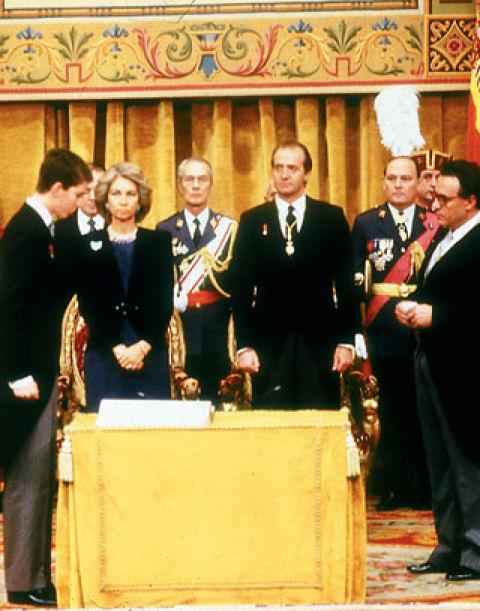 30 de enero de 1986A los 18 años, el entonces Príncipe de Asturias juró, ante las Cortes Generales y los Reyes, fidelidad a la Constitución y al Monarca.