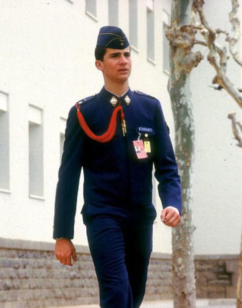 Como futuro Jefe de los tres Ejércitos, en 1985 comienza sus estudios militares. Sus compañeros lo llamaban 'SAR' (por Su Alteza Real), 'cadete uno más' (por su empeño y el de sus mandos en ser uno más) y el 'Winston' (por ser el rubio más largo, como los cigarrillos). Don Felipe cobraba 26.000 pesetas en su época de cadete y fue arrestado varias veces por llegar tarde, a pesar de que se ponía cinco despertadores. En la foto, en la Academia del Aire, en San Javier, Murcia.