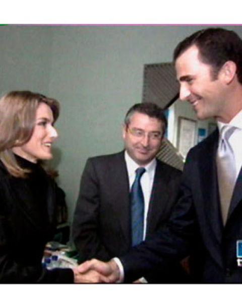 En octubre de 2002 don Felipe conoció a Letizia Ortiz, entonces una destacada periodista de TVE, y comienzan a salir en secreto. En la imagen, un año después, cuando todavía no se sabía que estaban enamorados.