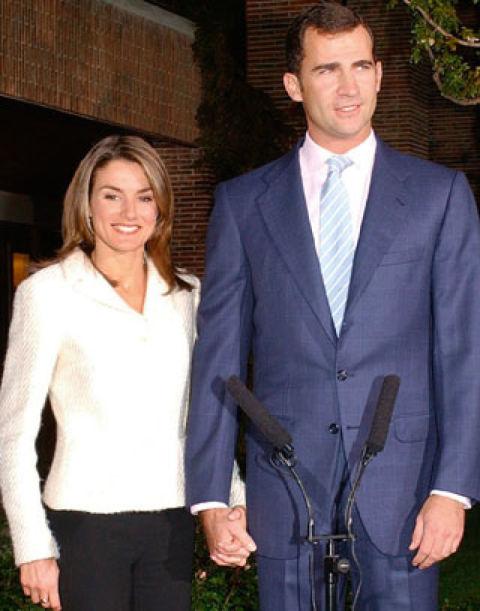 El 1 de noviembre de 2003, los Reyes Juan Carlos y Sofía anuncian el compromiso de don Felipe con Letizia Ortiz, la popular presentadora del Telediario de TVE 1.