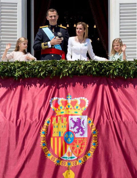 Con su nuevo cumpleaños, don Felipe deja atrás el año más importante de su vida, el de su llegada al trono, que tuvo lugar el19 de junio de 2014, día en que comenzó su reinado. Uno de los momentos inolvidables para Felipe VI y para la historia de España es la salida al balcón del nuevo monarca, su presentación pública ante todos los españoles, símbolo del comienzo de una nueva etapa para nuestro país y para su vida. Don Felipe estuvo acompañado en su primera salida al balcón del Palacio Real de Madrid por su esposa, la reina Letizia, y sus hijas, la princesa de Asturias, Leonor, y la infanta Sofía. Posteriormente se unieron a ellos los reyes don Juan Carlos y doña Sofía.