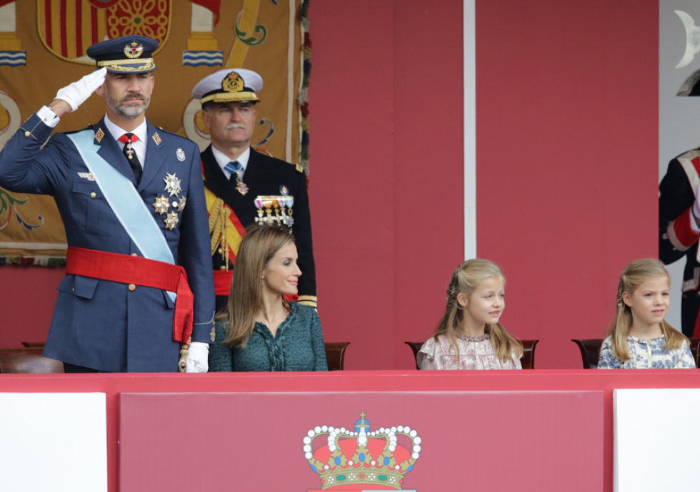Don Felipe, acompañado de Letizia y de sus hijas, la princesa Leonor y la infanta Sofía, presidía su primer desfile militar como Rey de España el12 de octubre de 2014, Día de la Fiesta Nacional. Felipe VI vestía el uniforme del Ejército del Aire en honor al 75 aniversario de su creación.