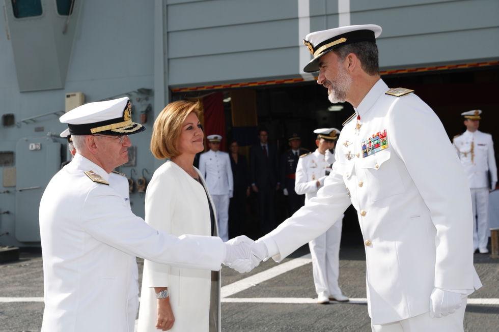 Don Felipe recibe el saludo del almirante jefe de Estado Mayor de la Armada, Teodoro Esteban López Calderón. Mientras, María Dolores de Cospedal espera su turno.