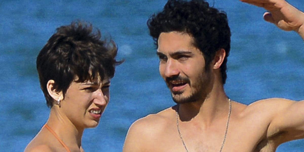 Úrsula Corberó y Chino Darín, besos y amor en Uruguay